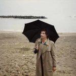 Un'immagine autunnale di Claudio Caligari nel documentario Se c'è un aldilà sono fottuto. Vita e cinema di Claudio Caligari di Simone Isola e Fausto Trombetta (Italia, 2019)