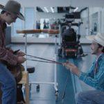 Brady Jandreau ( adestra) in un momento di The Rider - Il sogno di un cowboy di Chloé Zhao (USA, 2017)