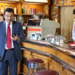 Max Giusti alle prese con lo smartphone durante Appena un minuto di Francesco Mandelli (Italia, 2019)