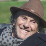 Un sorridente Jean-Louis Trintignant in un'immagine tratta da I migliori anni della nostra vita di Claude Lelouch (Les plus belles années d'une vie, Francia 2019)