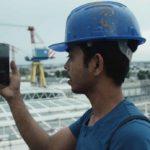 Un operaio consulta il suo smart-phone nel documentario Il Pianeta in mare di Daniele Segre (Italia, 2019)