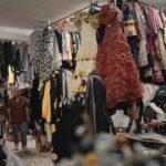 Catello Russo nel suo magazzino durante il documentario Il principe delle pezze di Alessandro Di Ronza (Italia, 2019)