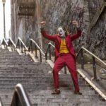 Un trionfante Joaquin Phoenix in un'altra immagine tratta da Joker di Todd Phillips (USA, Canada 2019)