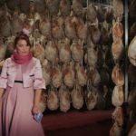 Un'altra curiosa immagine di Syusy Blady durante La Signora Matilde. Gossip dal Medioevo di Marco Melluso e Diego Schiavo (Italia, 2017)