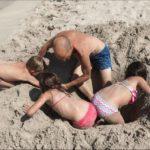 Giochi da spiaggia nel documentario Marisol di Camilla Iannetti (Italia, 2019)