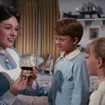 La mitica tata Julie Andrews con gli adorati pargoli durante Mary Poppins di Robert Stevenson (USA, 1964)