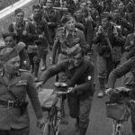 Soldati in marcia in un'immagine d'epoca tratta dal documentario Scherza con i fanti di Gianfranco Pannone e Ambrogio Sparagna (Italia, 2019)