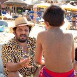 Ancora Enrico Brignano sulla spiaggia durante Tutta un'altra vita di Alessandro Pondi (Italia, 2019)