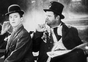 Ancora Stanlio e Ollio in un'immagine tratta dal corto Duck Soup di Fred Guiol (USA, 1927)