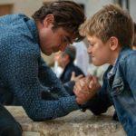 Sfida a braccio di ferro tra Riccardo Scamarcio e il piccolo Augusto Zazzaro durante Il ladro di giorni di Guido Lombardi (Italia, 2019)