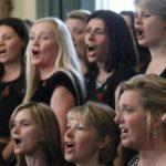 Esibizione del coro durante Military Wives di Peter Cattaneo (UK, 2019)