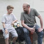 Maleaume Paquin e François Damiens, figlio e padre in Un sogno per papà di Julien Rappeneau (Fourmi, Francia, Belgio 2019)