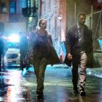 Sienna Miller e Chadwick Boseman in un'immagine notturna tratta da City of Crime di Brian Kirk (21 Bridges, USA 2019)