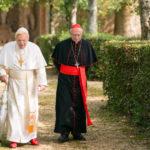 Anthony Hopkins e Jonathan Pryce in un momento de I due Papi di Fernando Meirelles (The Two Popes, USA, UK, Italia, Argentina 2019)