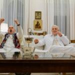 I due attori alla tv per la finale dei mondiali di calcio durante I due Papi di Fernando Meirelles (The Two Popes, USA, UK, Italia, Argentina 2019)