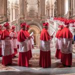 Cardinali in conclave nel corso de I due Papi di Fernando Meirelles (The Two Popes, USA, UK, Italia, Argentina 2019)