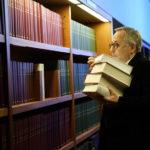 Fabrice Luchini e gli amati libri durante Il mistero Henri Pick di Rémi Bezançon (Le mystère Henri Pick, Francia, Belgio 2019)