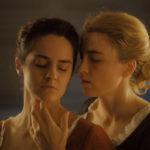 Noémie Merlant e Adèle Haenel in un momento di passione durante Ritratto della giovane in fiamme di Céline Sciamma (Portrait de la jeune fille en feu, Francia 2019)