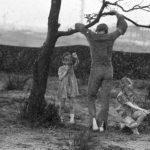 Un'immagine in bianco e nero tratta da Yuppi du di Adriano Celentano (Italia, 1975)