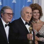 Federico Fellini - tra Marcello Mastroainni e Sophia Loren - riceve l'Oscar alla carriera nel 1993