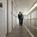 Un'immagine carceraria tratta da Il diritto di opporsi di Destin Daniel Cretton (Just Mercy, USA, 2020)