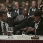 Michael B. Jordan consola Jamie Foxx in un momento de Il diritto di opporsi di Destin Daniel Cretton (Just Mercy, USA, 2020)