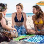 Maria Di Biase, Lucia Mascino e Carlotta Natoli in spiaggia durante Odio l'estate di Massimo Venier (Italia, 2020)