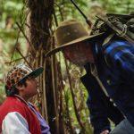 Il giovanissimo Julian Dennison e Sam Neill in un momento di Selvaggi in fuga di Taika Waititi (Hunt for the Wilderpeople, Nuova Zelanda 2016)