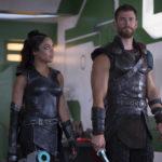 Tessa Thompson e Chris Hemsworth in un momento di Thor: Ragnarok di Taika Waititi (USA, 2017)