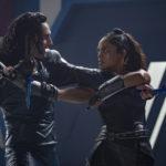 Tom Hiddleston e Tessa Thompson a duellare durante Thor: Ragnarok di Taika Waititi (USA, 2017)