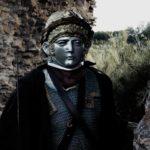 Misteriosi individui mascherati ne La donna dello smartphone di Fabio Del Greco (Italia, 2020)