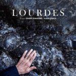 La locandina originale del documentario Lourdes di Thierry Demazière e Alban Teurlai (Francia, 2019)