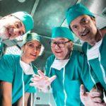 Allegri chirurghi all'opera durante Si vive una volta sola di Carlo Verdone (Italia, 2020)