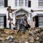 La famigerata magione cadente a pezzi in un'immagine tratta da Casa dolce casa? di Richard Benjamin (The Money Pit, USA 1986)