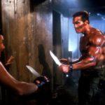 Vernon Wells e Arnold Schwarzenegger si fronteggiano nel duello finale di Commando di Mark L. Lester (USA, 1985)