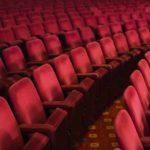 Una sala cinematografica desolatamente vuota nel periodo