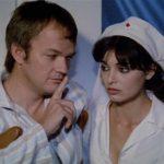 Lou Castel intima il silenzio ad Alice Gherardi durante Suor omicidi di Giulio Berruti (Italia, 1979)