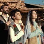 Un'immagine di preghiera famigliare tratta da Al-Shafaq - When Heaven Divides di Esen Isik (Svizzera, Turchia 2019)