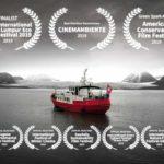 Un manifesto promozionale del documentario Messaggi dalla fine del mondo di Matteo Born (Svizzera, 2018)