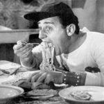 Alberto Sordi nella celeberrima scena tratta da Un americano a Roma di Steno