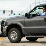 Russell Crowe al volante in un momento de Il giorno sbagliato di Derrick Borte (Unhinged, USA 2020)