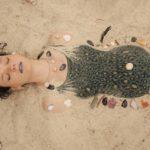 Emily Milledge in una suggestiva immagine dal corto Vesna Goodbye di Sara Kern (Zhogom Vesna, Australia, Slovenia 2020)