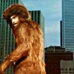 Mimmo Crao tra i grattacieli durante Yeti - Il gigante del 20° secolo di Gianfranco Parolini (Italia, Canada 1976)