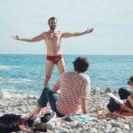 Momenti sulla spiaggia in Easy Living - La vita facile di Orso Miyakawa e Peter Miyakawa (Italia, 2019)