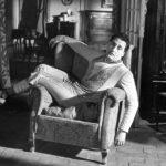Alberto Sordi in una simbolica posa ne I vitelloni di Federico Fellini (Italia, Francia 1953)