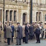 Folla in strada durante The Duke di Roger Michell (UK, 2020)